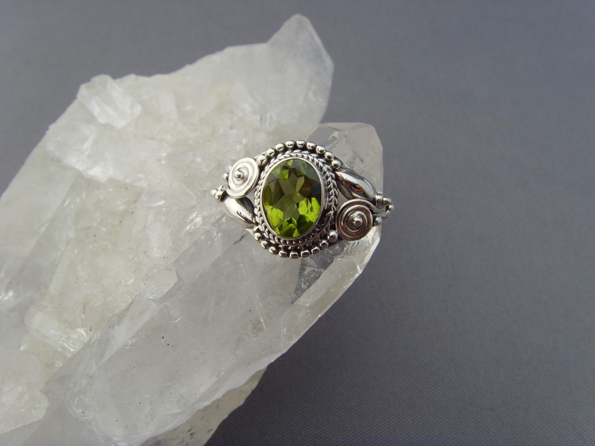 Peridot - Ring / filigrane Handarbeit / 925'er Silber